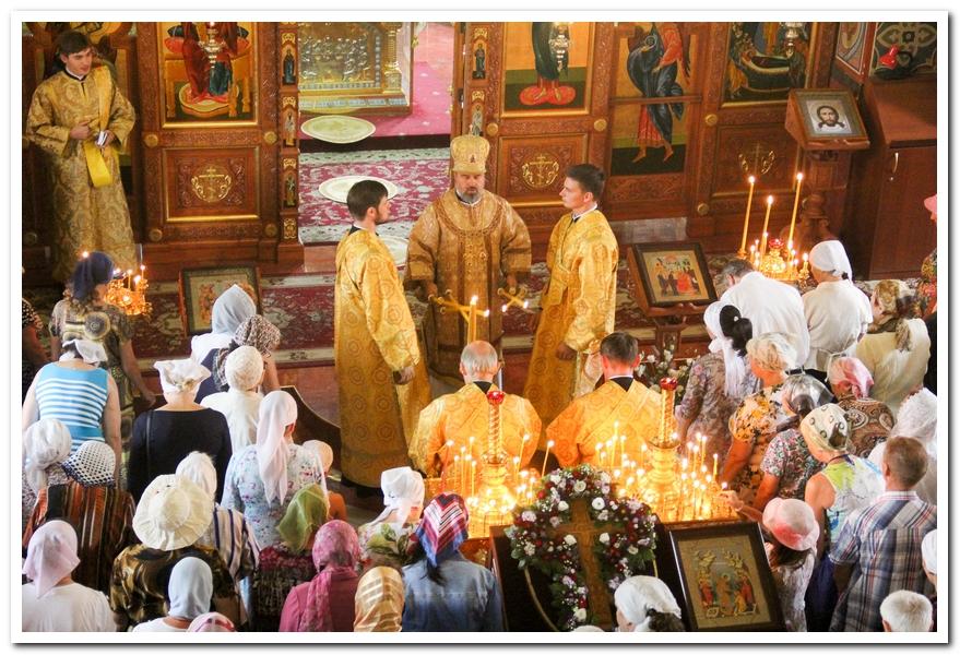 Когда совершаются поклоны на литургии